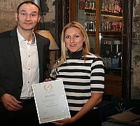 Az Én Légitársaságom 2017 díjátadó - Lehotai Zsófia a Qatar Airways munkatársa átveszi a Weco-Travel Kft. ügyvezetőjétől a légitársaságnak járó elismerést