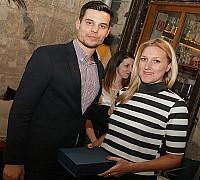 Az Én Légitársaságom 2017 díjátadó - Ritter Máté Budapest Airporttól átadja a Qatar Airways-nek járó elismerést a légitársaság képviselőjének, Lehotai Zsófiának