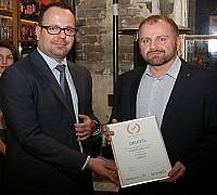 Az Én Légitársaságom 2017 díjátadó - Kovács Ádám a Swiss Airlines képviselője átveszi a légitársaságnak járó elismerést