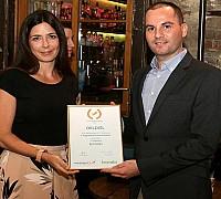 Az Én Légitársaságom 2017 díjátadó - Sipos Zsolt az Emirates munkatársa átveszi a légitársaságnak járó elismerést a Travelo képviselőjétől, Fináczy Dórától