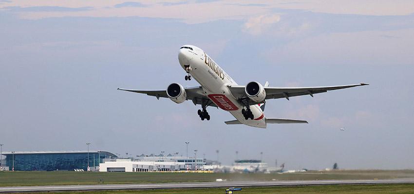 Az új betonról felszálló első repülőgép