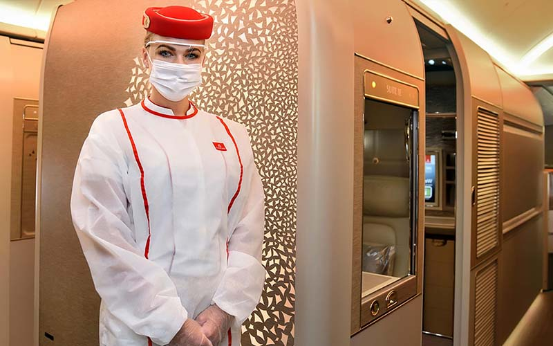 Emirates légiutas kísérő védő öltözetben