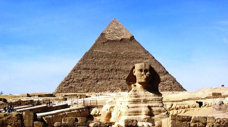 Egyiptom híres ókori építményei a Kheopsz-piramis és a Nagy Szfinx