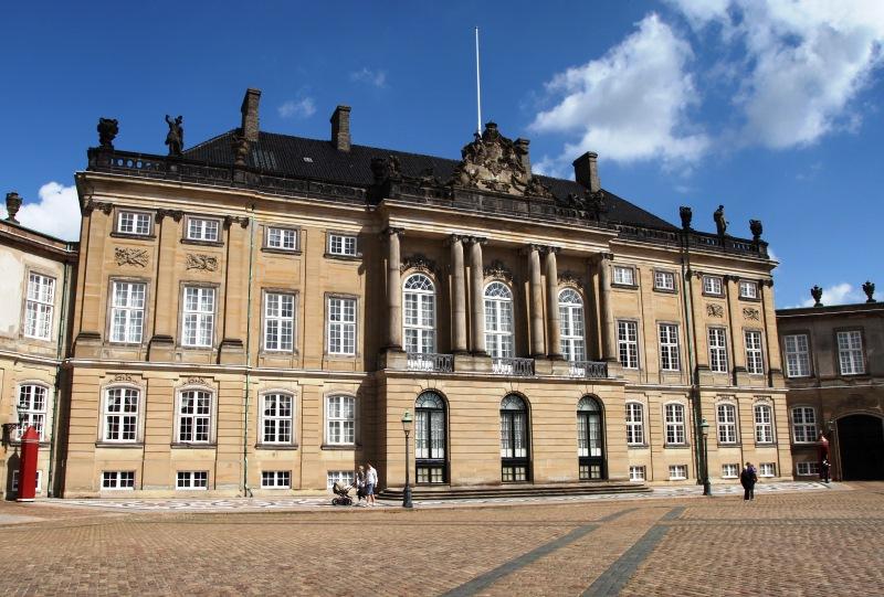 A dán királyi család téli rezidenciája, az Amalienborg palota