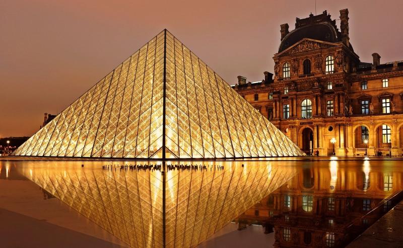 A kivilágított Louvre