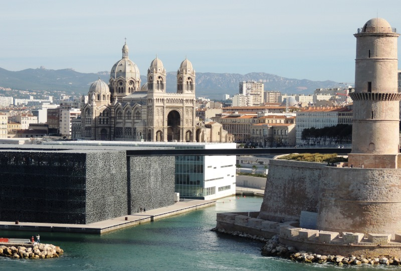 A kikötő bejáratánál lévő erőd, a Fort Saint-Jean, háttérben pedig a Marseille-i katedrális