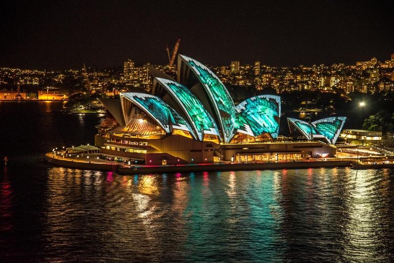 Éjszakai megvilágításban is gyönyörű látványt nyújtó Sydney-i Operaház