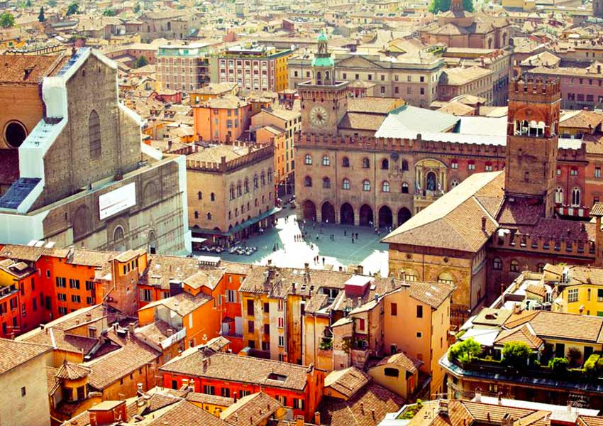 A La Rossa, azaz piros város elnevezés a város központjában található középkori épületek miatt ragadt Bolognára.