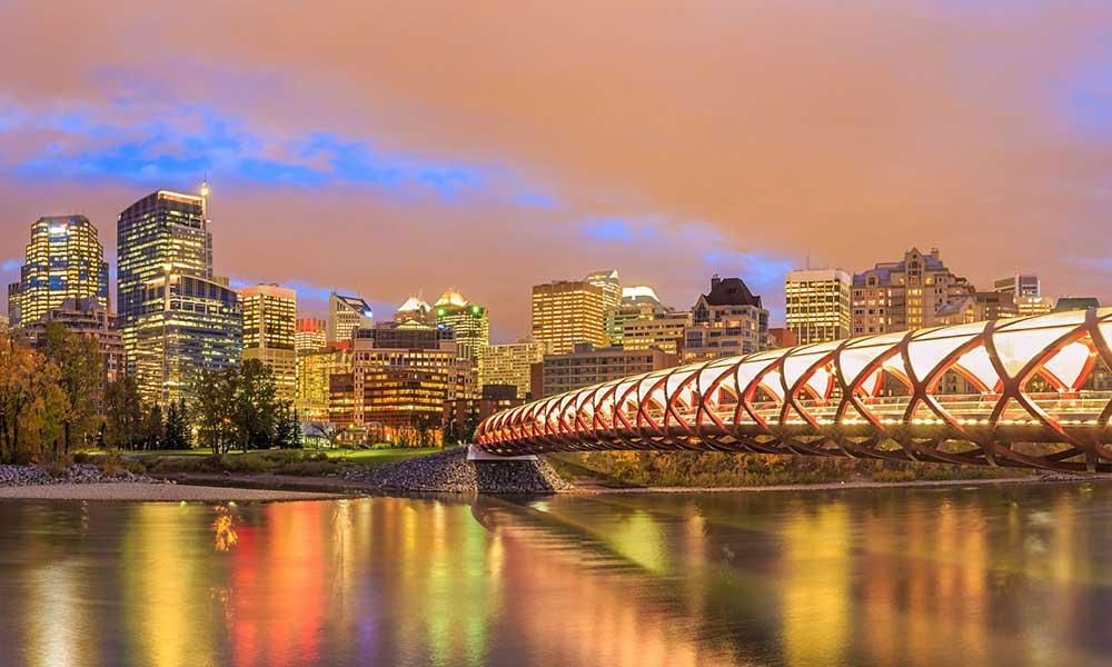 Calgary város látképe az esti órákban - repjegy.hu