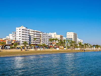 Larnaka híres pálmafákkal szegélyzett sétánya, a Finikoúdes