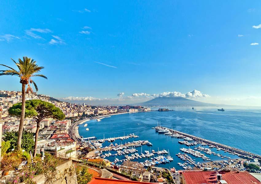 Kilátás a Földközi-tengerre a Nápoly nyugati részén található Posillipo-fokról