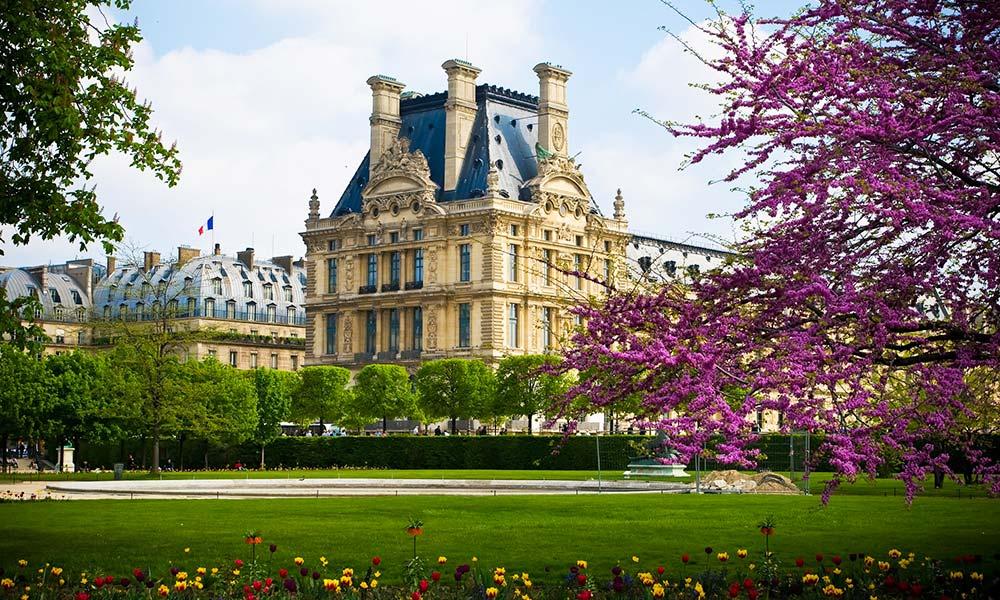 Kilátás a Louvre palotára a Tuileriák kertjéből