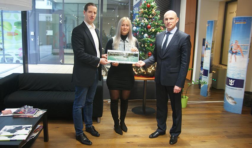 Brummer Bernadett átveszi nyereményét a repjegy.hu és az Aeroflot légitársaság képviselőitől